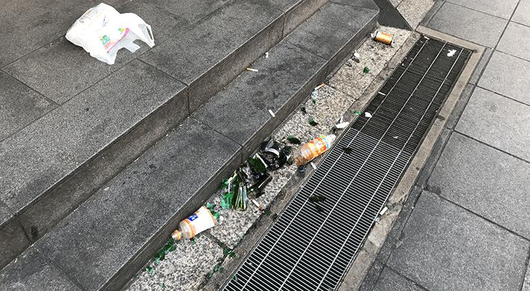 道頓堀に残されたゴミ