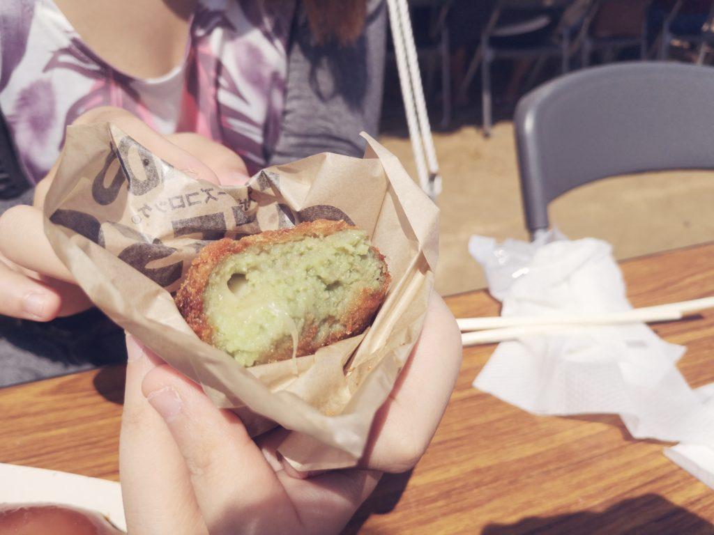 高円寺アボカド食堂のアボカドチーズコロッケ