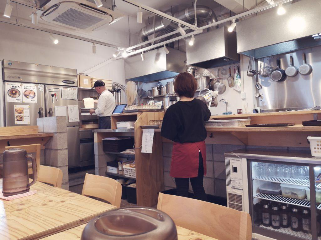 厨房で調理する伝説のうどん職人こと、木田武史さん