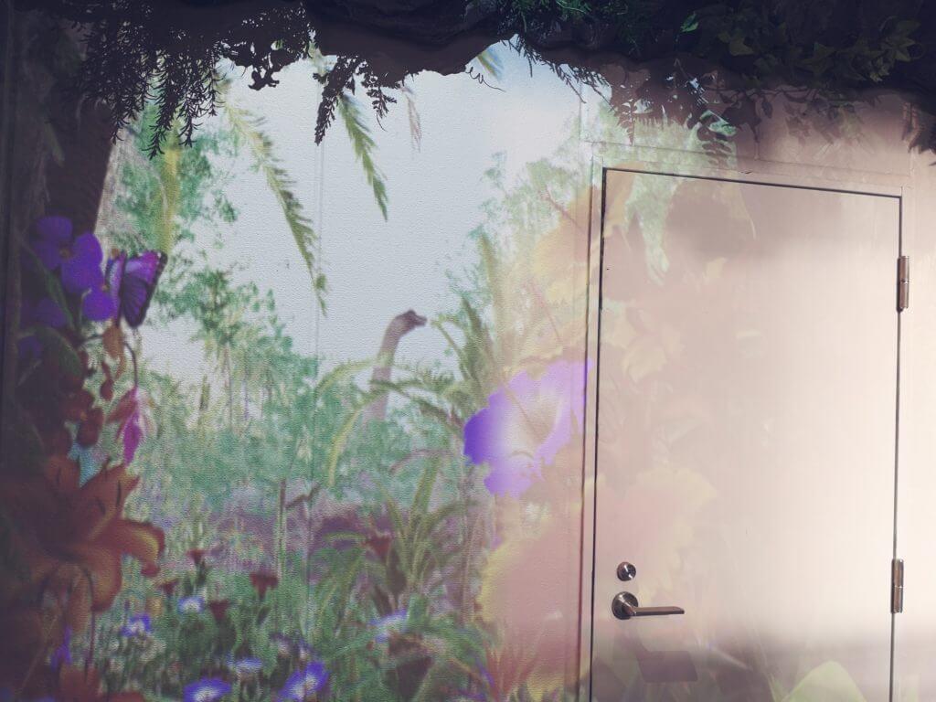 変なホテル博多の壁面に見える恐竜